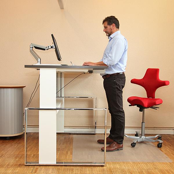 Sitz-art-Luebeck-hoehenverstellbarer-Schreibtisch-stehen